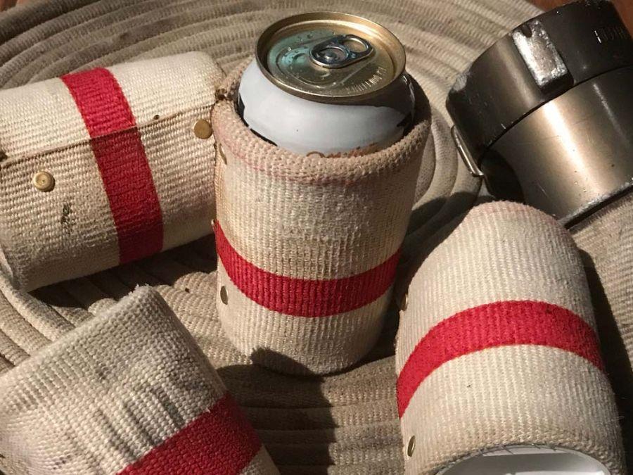 Flaschen- und Dosendeko aus alten Feuerwehrschläuchen